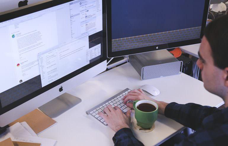 Mitarbeiter arbeitet am PC